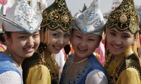 Көшеде ұлттық киіммен жүрген қазақ қыздары елдің ықыласына ие болды (видео)