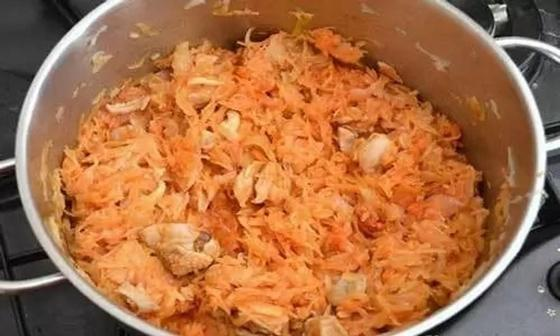 Как потушить картошку с капустой и мясом в кастрюле