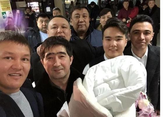 Мұқасан Шахзадаев төртінші сәбиін перзентханадан шығарып алу сәтінде. Фото: Instagram