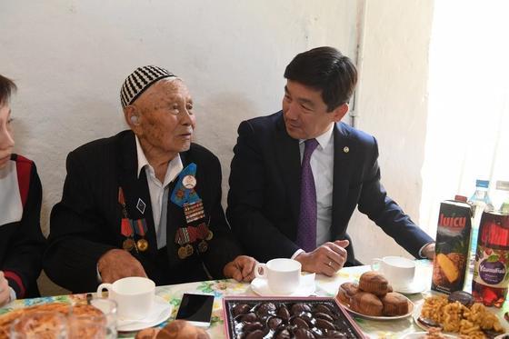 Бауыржан Байбек поздравил со 100-летним юбилеем ветерана ВОВ Адиша Абдраимова