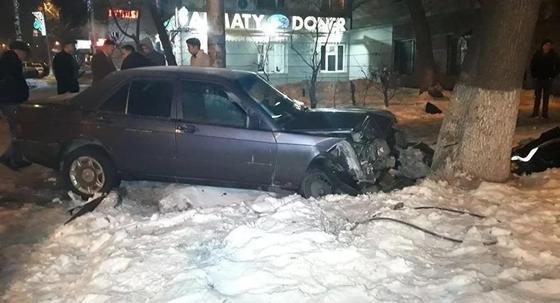 Mercedes после ДТП сбил пешехода на улице в центре Алматы (фото)