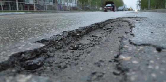 Более 600 тыс. тенге заплатят актюбинские чиновники за яму на дороге