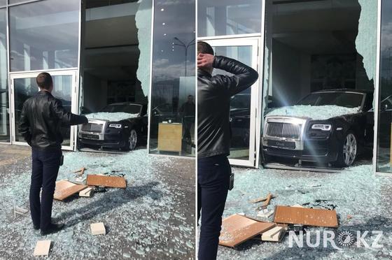 Неизвестный протаранил стену автоцентра на новеньком Rolls Royce в Алматы (фото, видео)