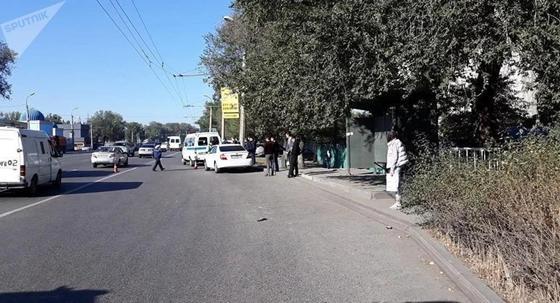 Разбросало по дороге: водитель сбил двух девушек и скрылся с места ДТП в Алматы
