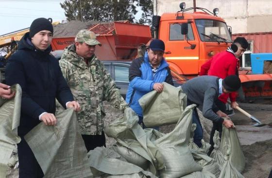Аким Алматинской области встретился с жителями подтопленных населенных пунктов