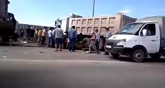 КамАЗ столкнулся с легковушкой в Астане: погиб пассажир (видео)