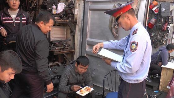 Рейд на авторынке «Жибек Жолы» провели полицейские Алматы (фото)