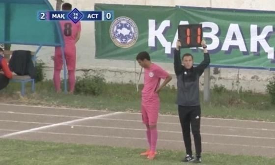 Футболист «Махтаарала» сходил в туалет за скамейку запасных во время матча (видео)