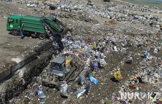 02.07 Люди-вороны набрасываются на мусор на полигоне под Алматы, не боясь быть раздавленными (видео)