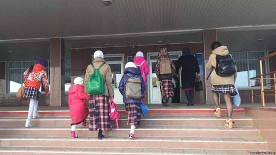 Отцы троих школьниц угодили за решетку из-за нарушения школьной формы в Актобе