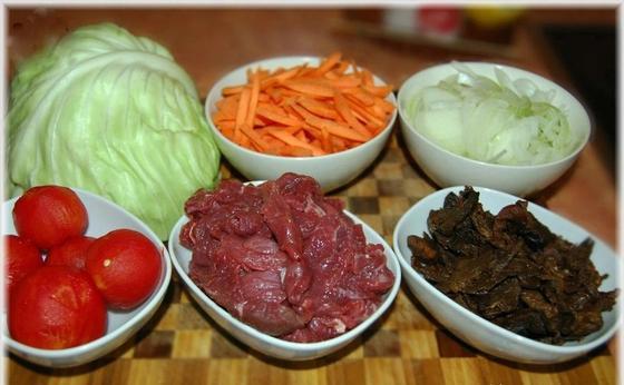 Тушеная капуста с мясом и грибами на сковороде