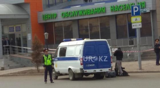 Полицейские оцепили периметр здания ЦОН, где была обнаружена подозрительная сумка