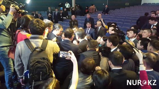 Астанчане окружили Асета Исекешева и тянули за рукав (видео)