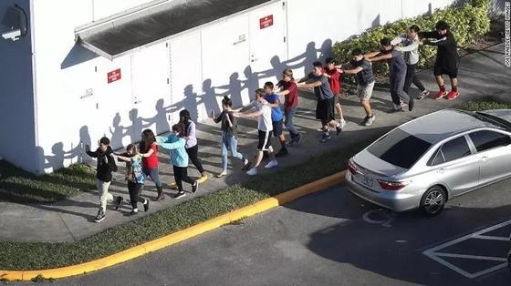 Американский школьник устроил кровавую бойню: 17 погибших и 50 раненых