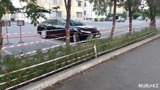 Полосатые ленточки развешаны по всему городу Алматы