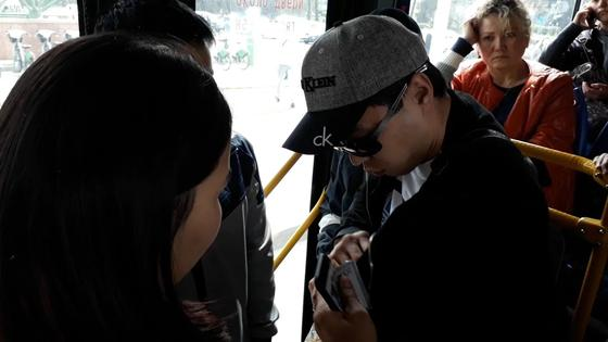 Пассажиры с пониманием отнеслись к ситуации и показывали пострадавшей карманы
