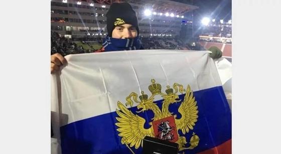 Болельщик из США развернул запрещенный российский флаг на открытии Олимпиады