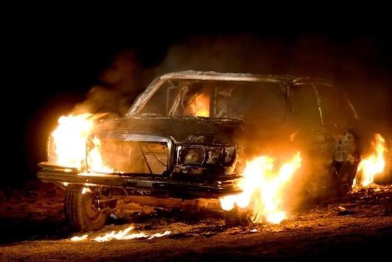Автомобиль Mercedes загорелся в центре Астаны