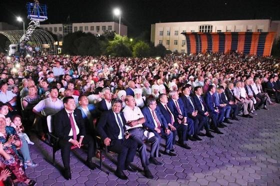 20 тысяч туркестанцев отпраздновали на центральной площади создание Туркестанской области
