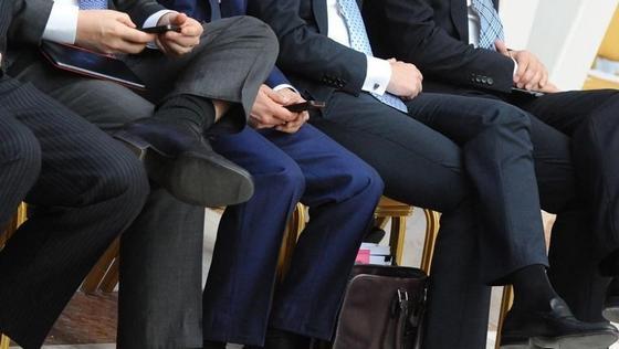 Казахстанских чиновников обяжут платить за смартфоны на работе