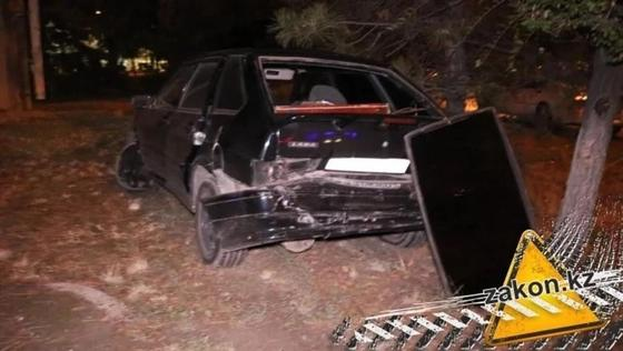 Лада улетела в разделительную аллею после столкновения с Mercedes в Алматы (фото)