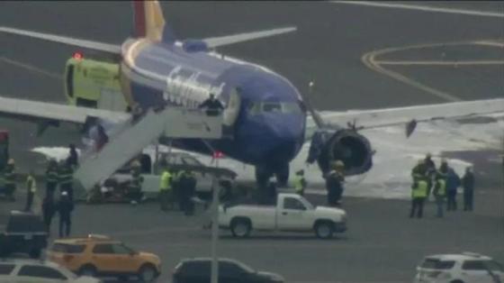 Женщина, которую засосало в разбитое окно самолета в США, погибла