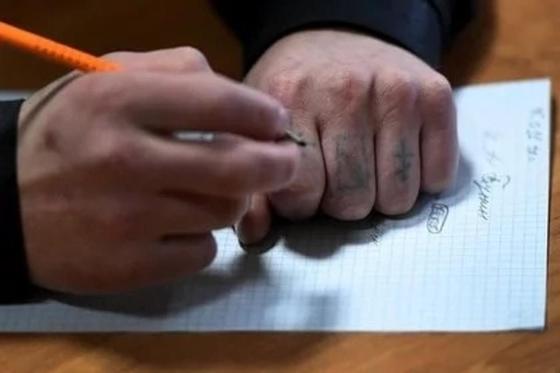 Әйелінің қолын шапқан азамат оған түрмеде хат жазып жіберді (фото)