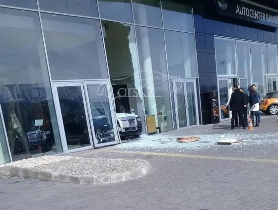 Неизвестный протаранил стену автоцентра на новеньком Rolls Royce в Алматы (фото)
