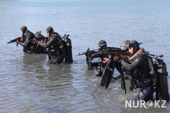 «30 кг под водой»: Что из себя представляют боевые пловцы ВС Казахстана (фото)