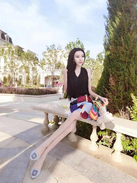 Блогерша с огромными глазами и рекордно малым весом покорила интернет