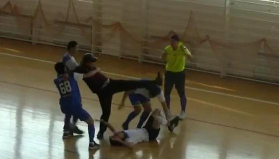 Любители футзала жестоко передрались на чемпионате в Актау (видео)