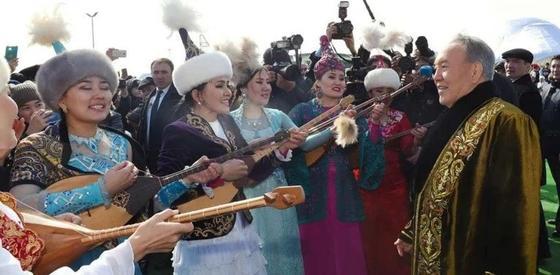 Елбасы өнерпаздармен бірге ән шырқады (видео). Фото: Ақорда