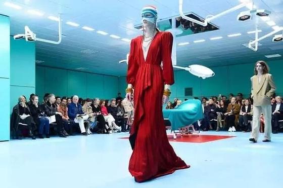 Модели Gucci вышила на подиум со своими головами в руках
