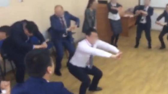 Танцевать не обязательно, но один сотрудник не отказывается. Скриншот видео