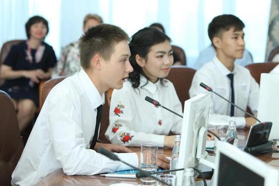 Школьники узнали у акима ВКО, какие профессии будут востребованы в будущем