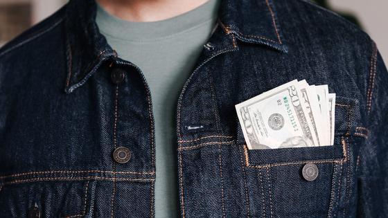 Мужчина с долларами в кармане