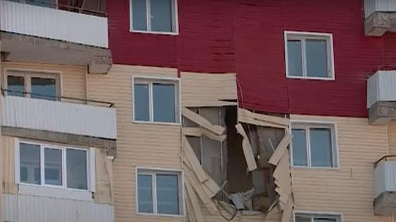 Разрушенная облицовка дома в Усть-Каменогорске