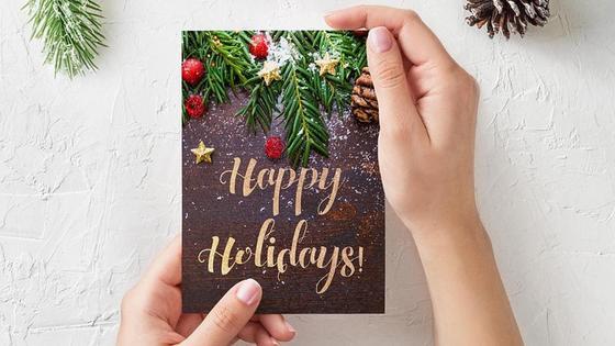 Открытка на Новый год с надписью Happy Holidays!