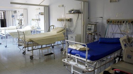 медицинские койки стоят в палате больницы