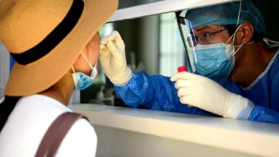 Девушки в шляпе сдает анализ на КВИ