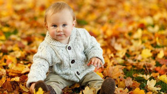 малыш в осенней листве