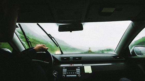 Вид салона машины с заднего сиденья