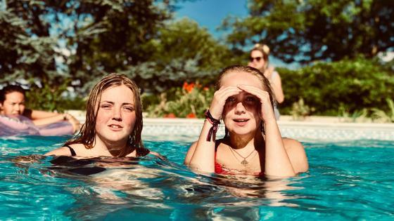 Девушки купаются в бассейне