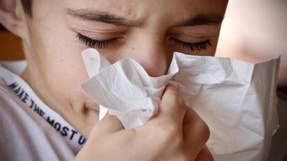 Мальчик держит салфетку у носа