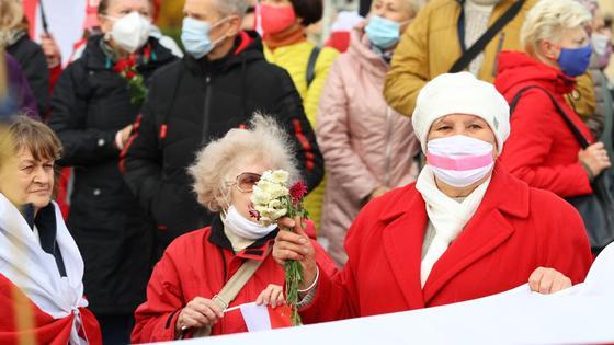 бабушки стоят с цветочками