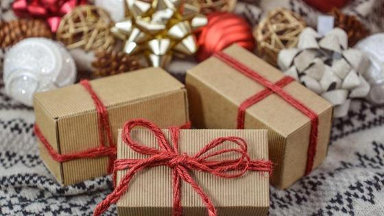 Упакованные подарки, елочные игрушки