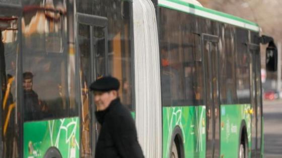 Автобус ер адамның қасынан өтіп кетті