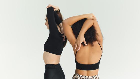 Девушки стоят спиной