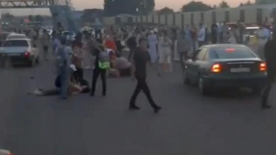 Толпа людей возле проезжей части