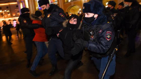Полиция задерживает мужчину
